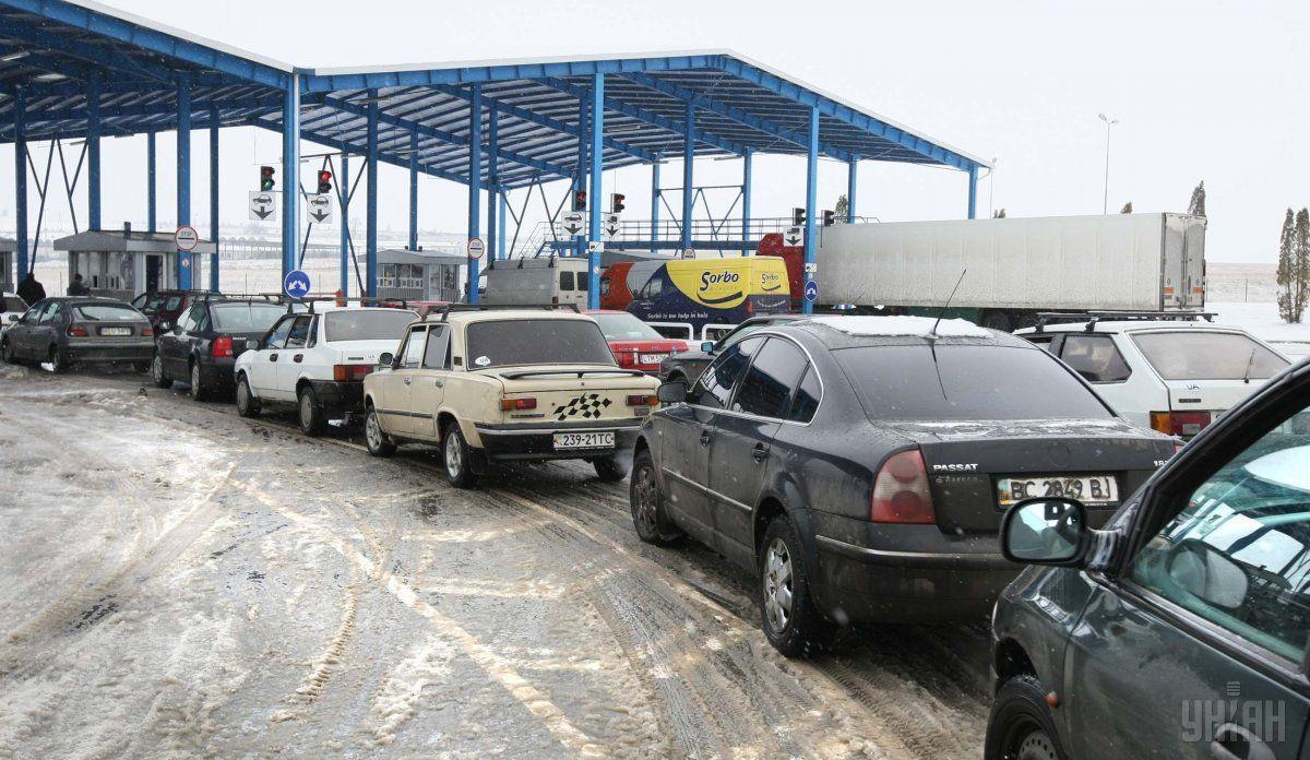 В очередях скучилося 950 автомобилей / Фото УНИАН