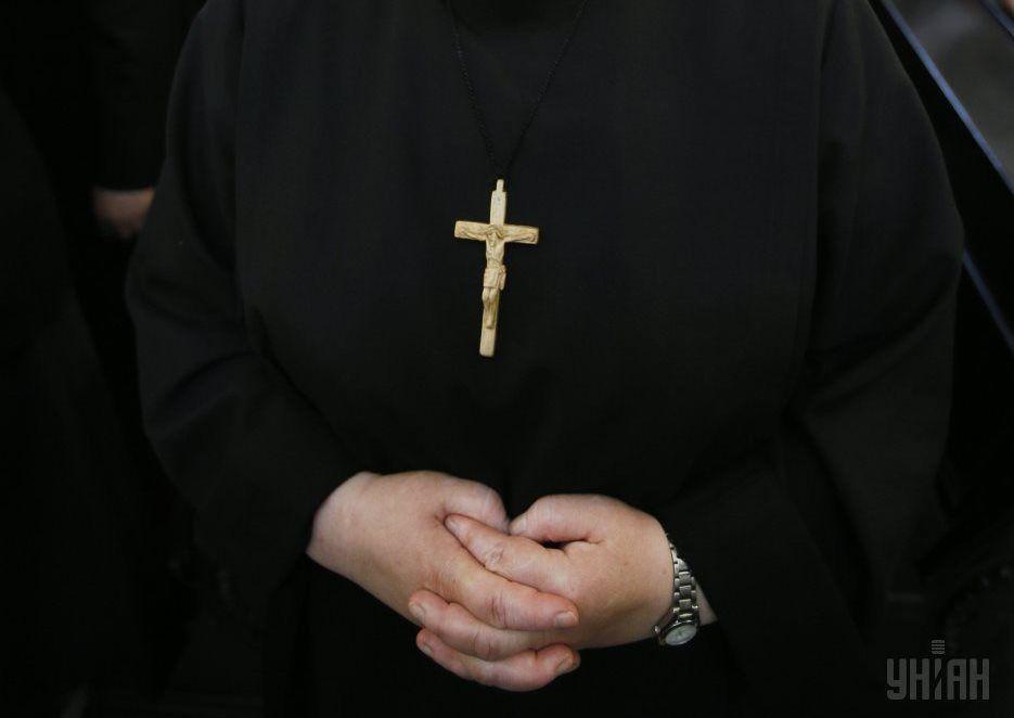 Мужчина позвал священника, когда к нему домой пришли приставы / Фото: УНИАН