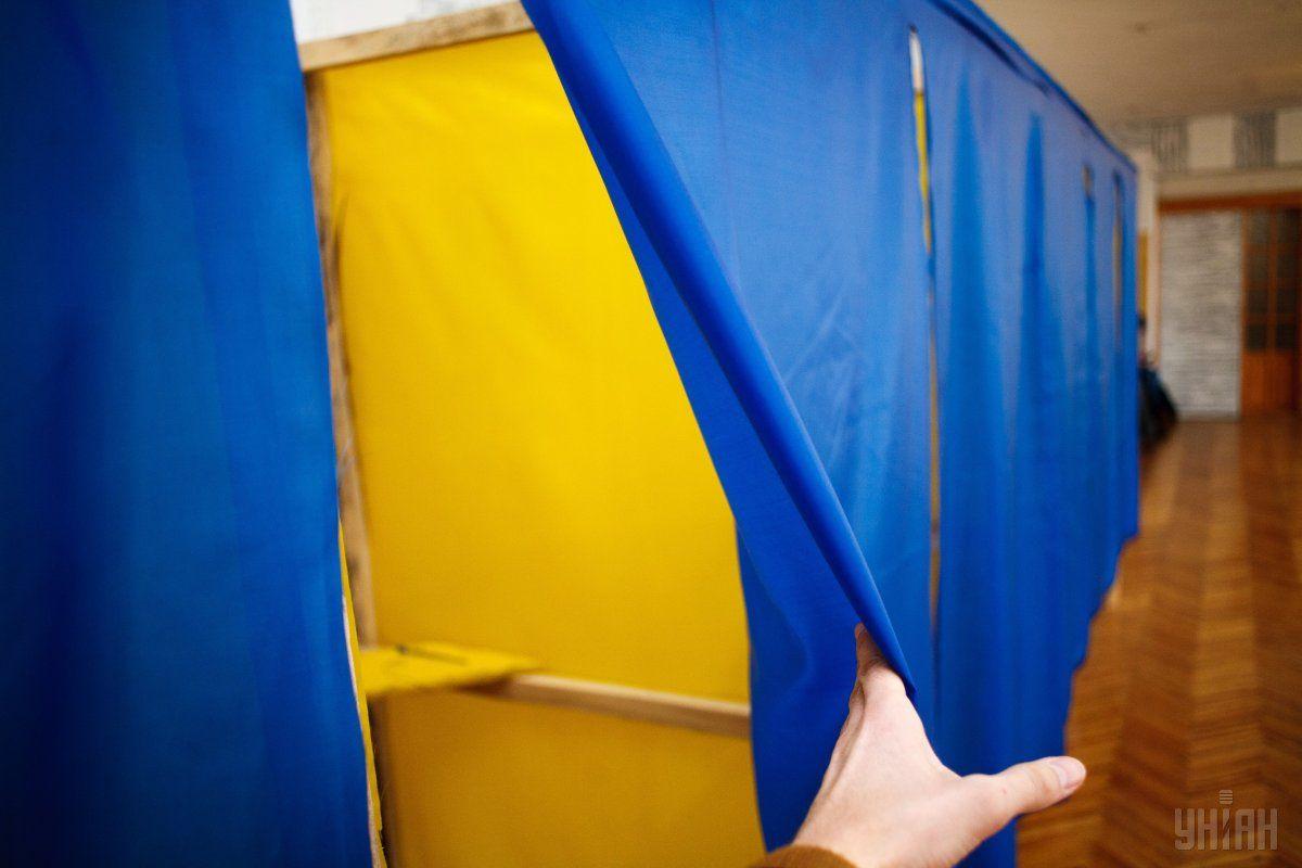 Бюллетень длиной 115 сантиметров – неудобство для избирателей / Фото УНИАН
