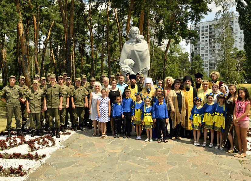 Гости молебна и участники Свято- Георгиевского международного  православного фестиваля культуры и творчества.