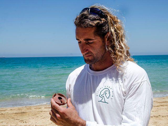 Спасатель на пляже около Ашкелона нашел светильник XII века  Фото: Ю.Шварц, пресс-служба Управления древностей Израиля