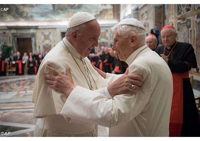 Братские объятия двух Римских Пап