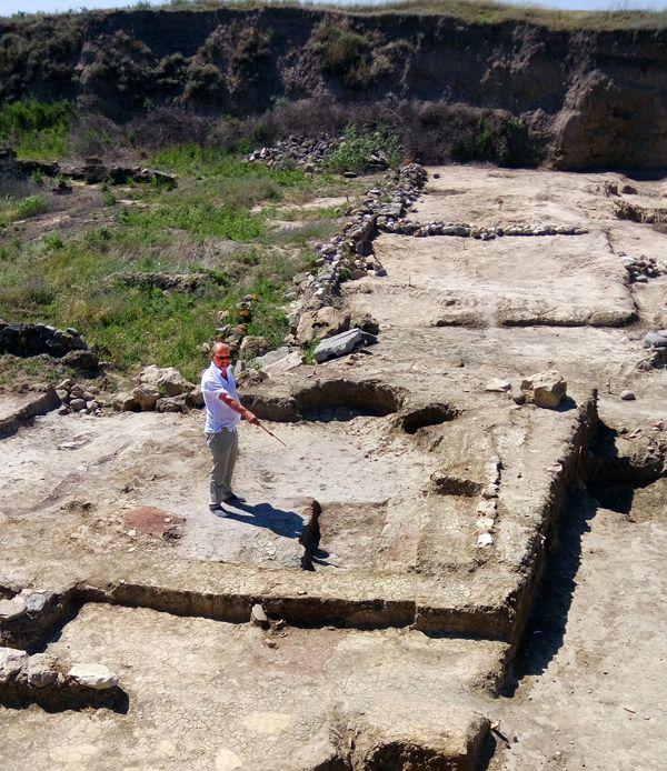 На месте бывшего храма - руководитель Фанагорийской экспедиции В.Д. Кузнецов