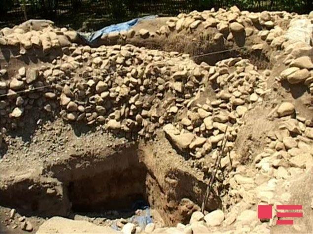 Погребальная камера кургана диаметром 35 метров была обнаружена под 4-метровым каменным слоем и 3-метровым слоем земли