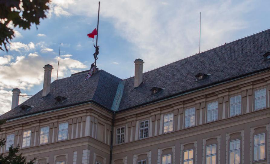 Президентський прапор на Празькому граді замінили великими червоними шортами / Ztohoven