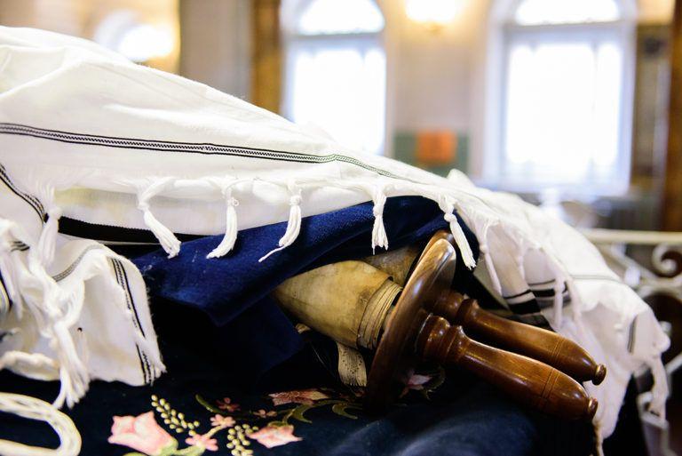 В Вильнюсскую Хоральную синагогу вернулся 350-летний свиток Торы