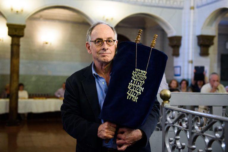 Этот свиток Торы 56 лет хранила семья британского фотографа