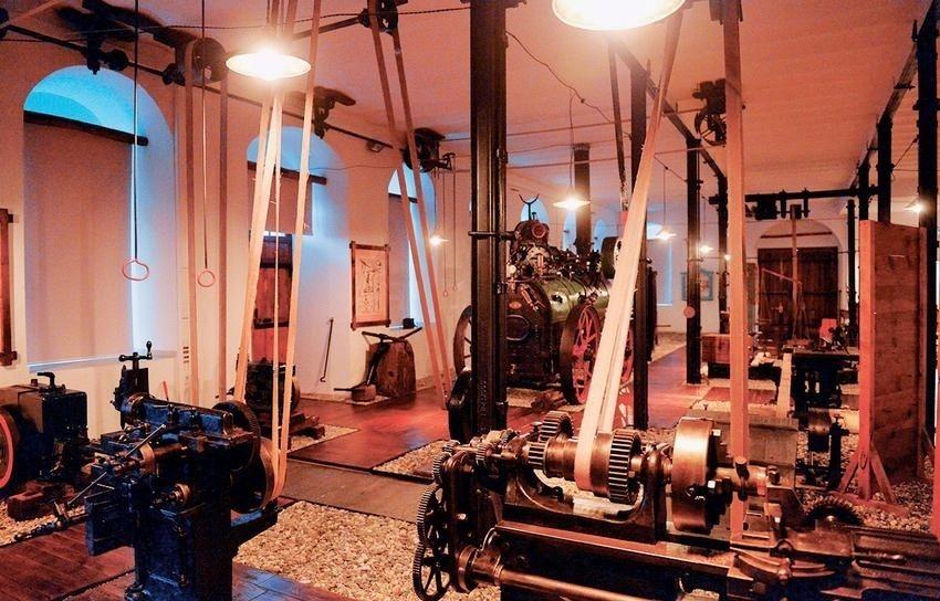 Здесь выставлены одни из первых типографских станков и фотокамер, используемых на Святой Горе