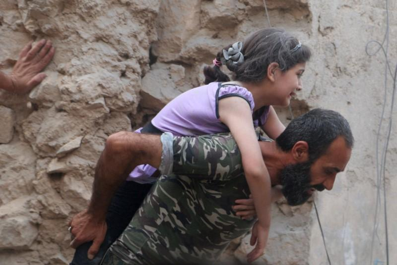 Люди в Алеппо / REUTERS