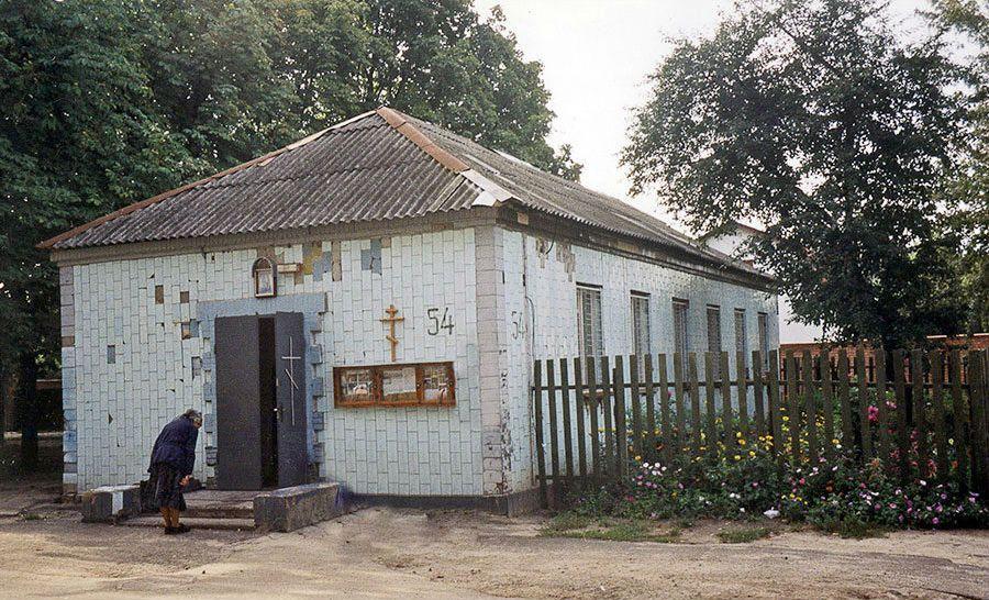 Здание, в котором начались богослужения в 2000 году.