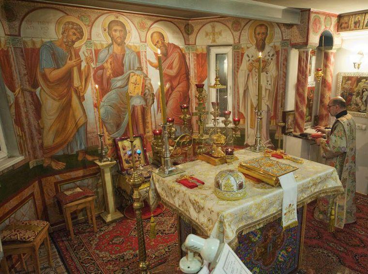 В алтаре храма святых апостолов Петра и Павла