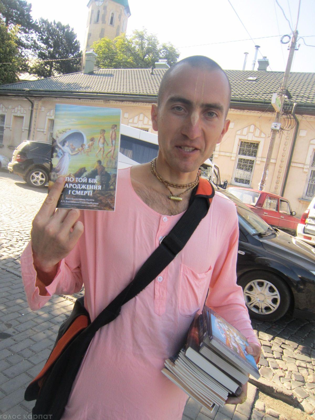 роздавали перехожим печиво та пропонували книжечки і буклети за символічну ціну. Фото: Голос Карпат.
