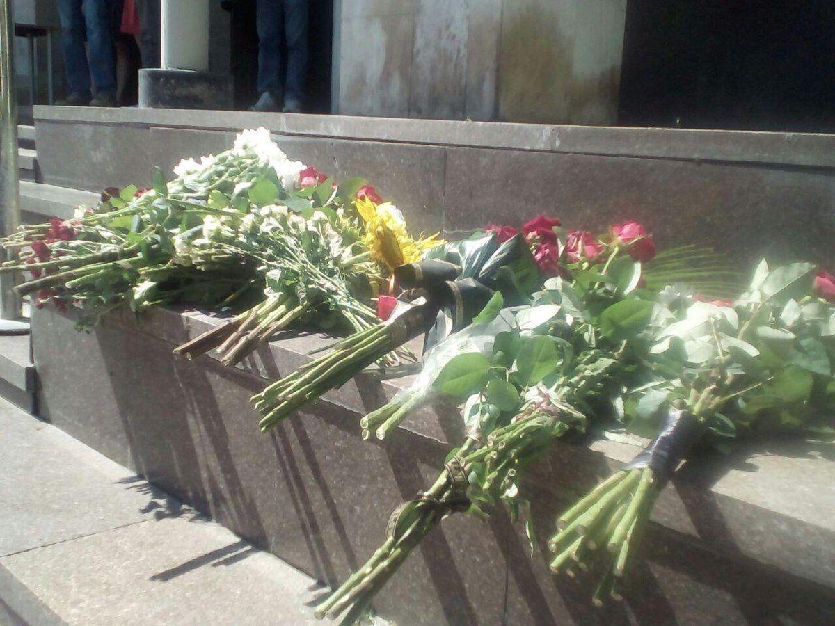 Цветы у посольства Франции в Киеве / espreso.tv