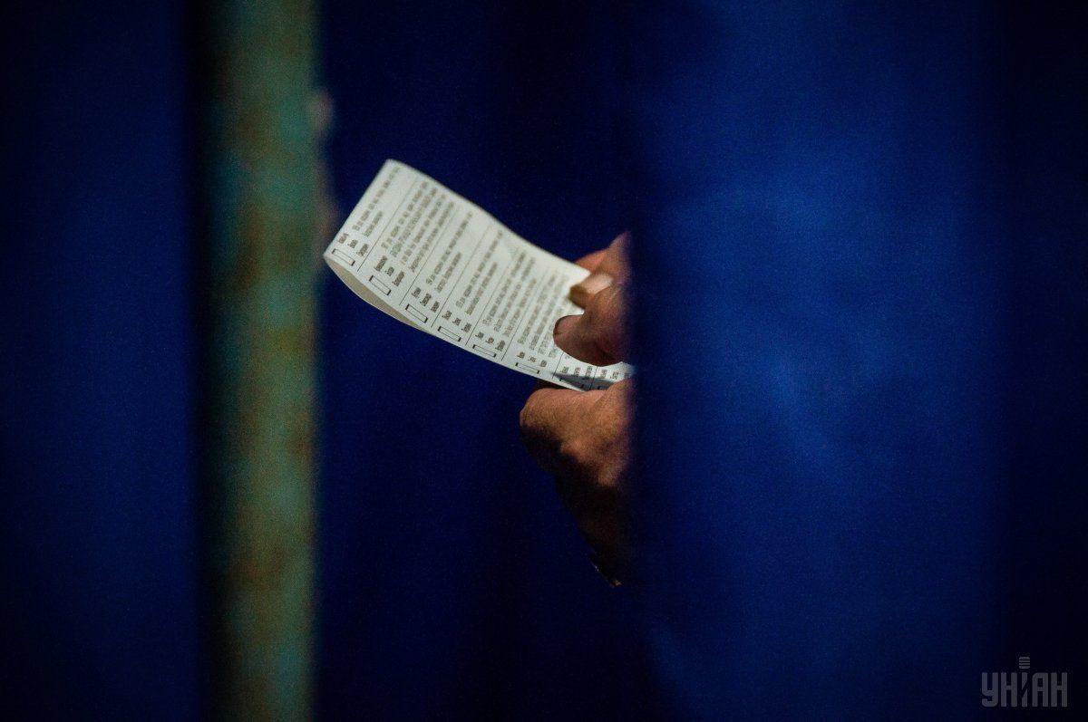Избиратель едва не вынес бюллетень с участка один бюллетень / фото УНИАН