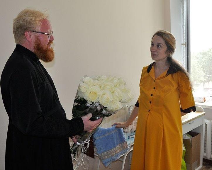 Протоиерей Павел Полещук посетил в больнице маму пятерни Оксану Кобелецкую, чтобы узнать о потребностях семейства
