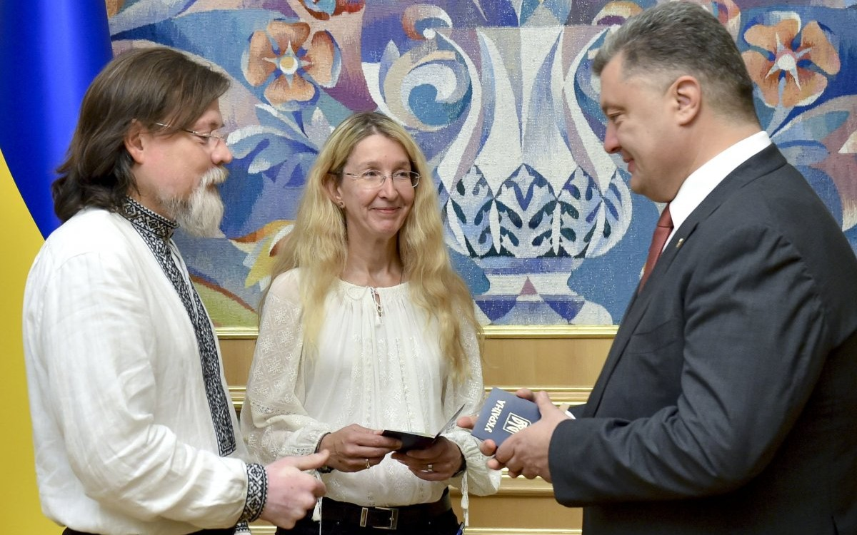 Президент Украины Петр Порошенко вручил паспорта граждан Украины Ульяне и Марку Супрун / Фото: УНИАН