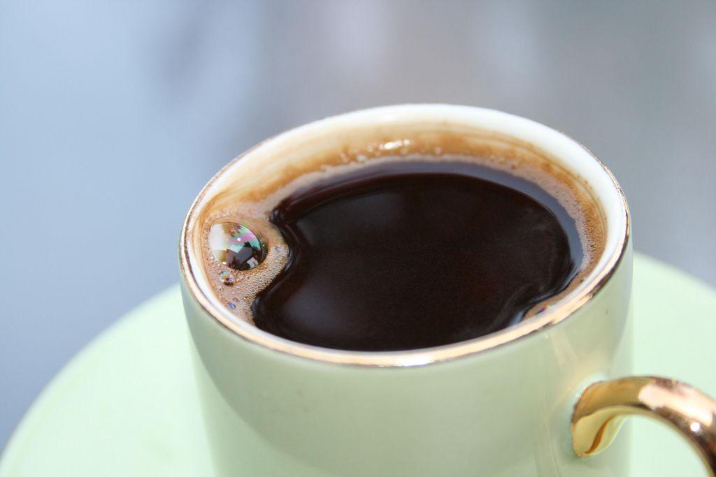 Люди, которые выпивают 2-4 чашки кофе в дань имеют меньший процент смертности / Flickr.com/hripsimex3