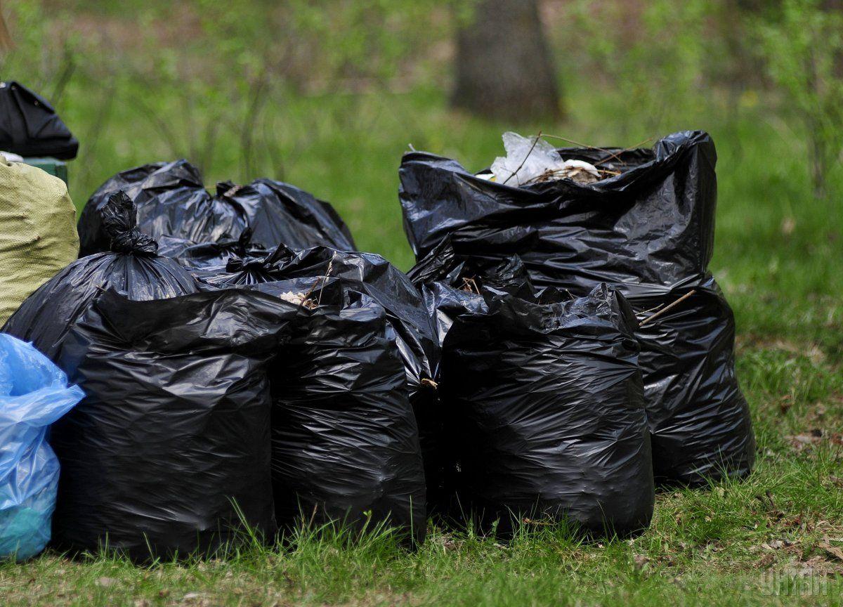Водитель объяснил, что загрузил авто мусором и перевез в село Степь, где и выбросил \ Фото УНИАН