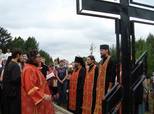 Священики й участники ходи біля поклонного хреста. Фото: blagovest-info.ru