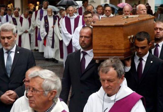 Труна з тілом убитого священика. Фото: REUTERS.
