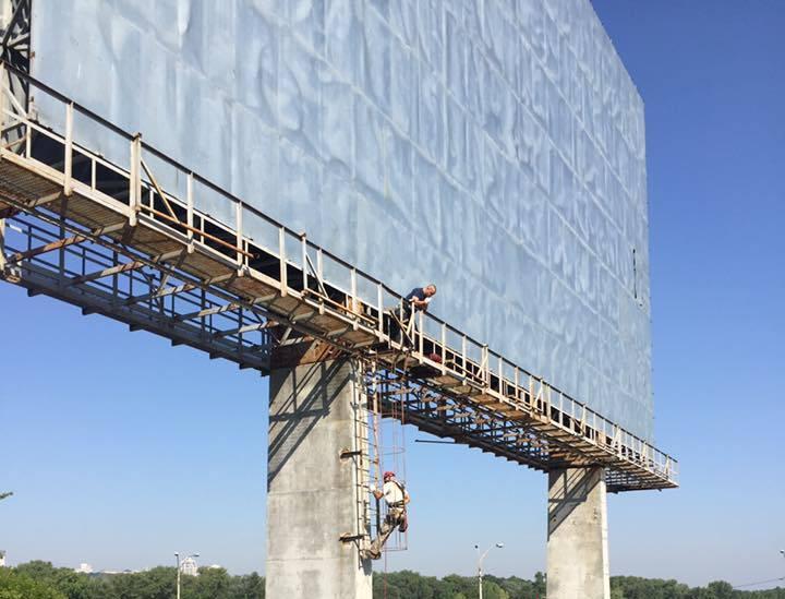 Демонтаж багатотонної конструкції тривав трохи довше, ніж два тижні / Фото kievreklama.kiev.ua