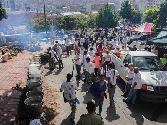 Бесплатная раздача пищи в Каракасе. Фото: invictory.com