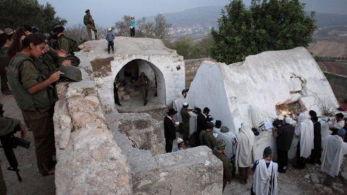 Евреи у могилы Элазара бен-Аарона в Самарии. Фото: Yaakov Nahumi/Flash90