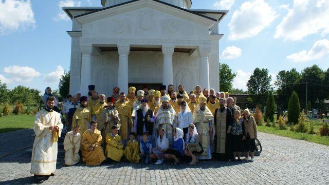 Парафіяни Свято-Успенського храму разом з духовенством Тульчинської єпархії. Фото: news.church.ua