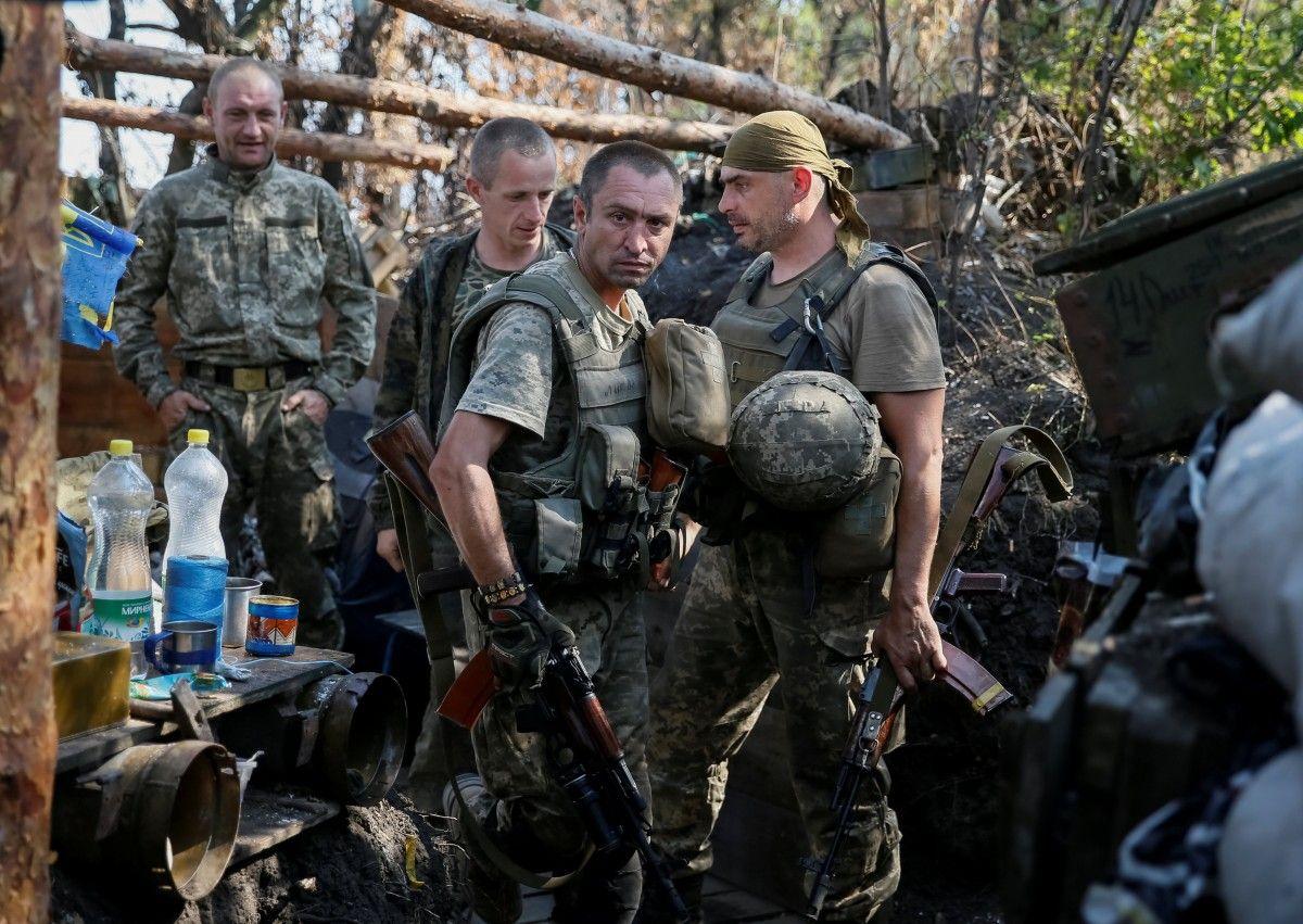 Українські військовослужбовці на Донбасі / REUTERS