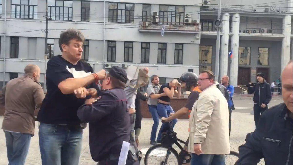 напавший сегодня на полицейского на согласованном пикете Солидарности / twitter.com/AllaNaumcheva