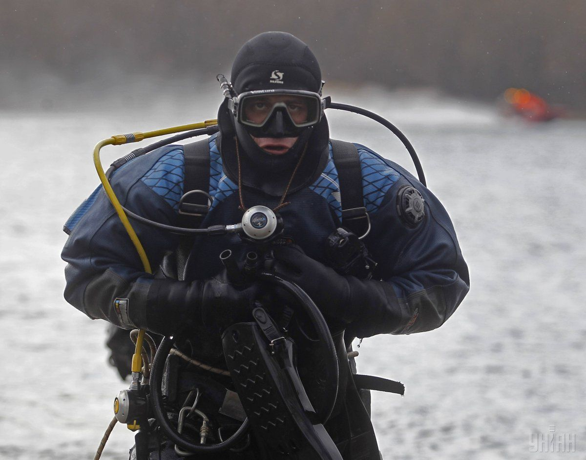 Водолазы продолжают поиски одного из погибших рыбаков / фото УНИАН