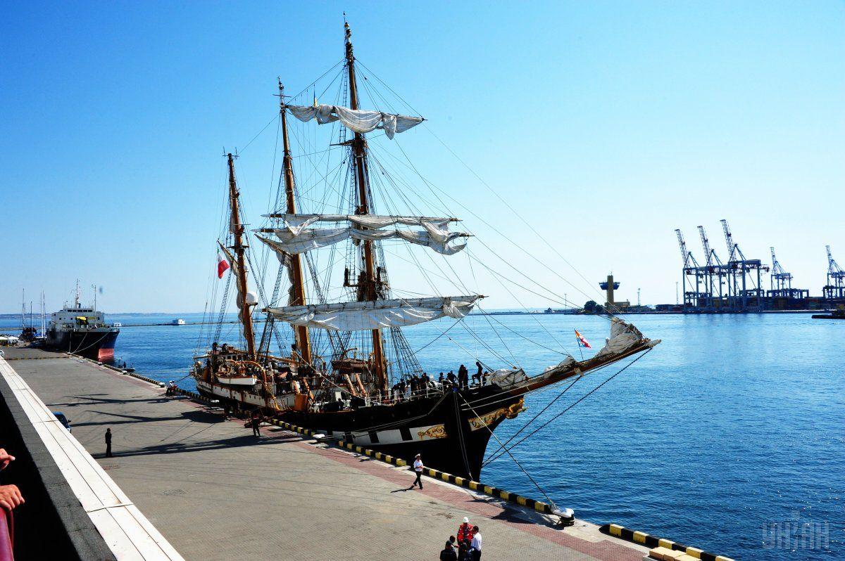 Впервые за 82 года своего существования парусник зашел в Черное море / Фото УНИАН