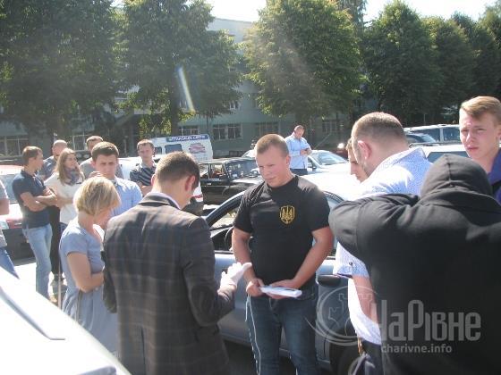 СБУ здійснює затримання підозрюваного. Фото: charivne.info