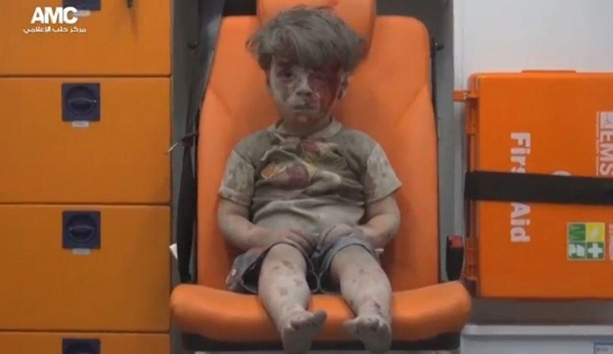 Сирийский мальчик после бомбардировки / REUTERS