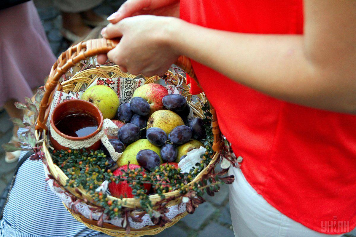 В этот день - Яблочный Спас - принято святить яблоки и другие фрукты / фото УНИАН