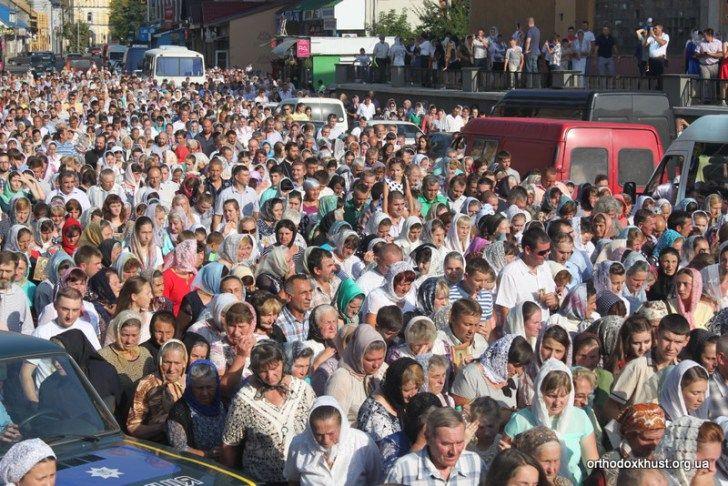 Хустська хресна хода зібрала кілька тисяч людей. Фото: news.church.ua