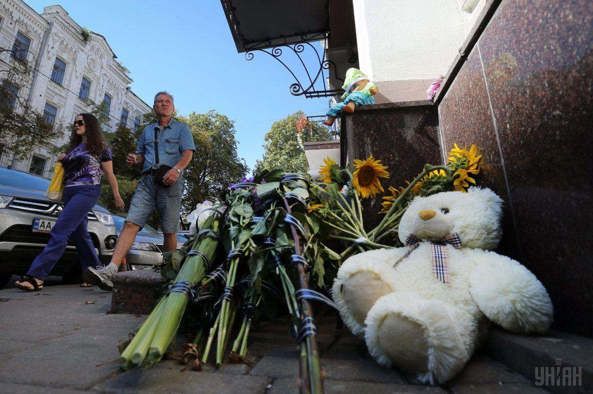 Квіти під посольством Італії у Києві / Фото УНІАН