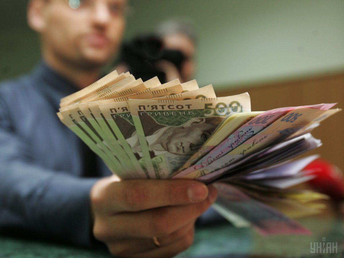 Средняя заработная плата за год выросла приблизительно на четверть / фото УНИАН