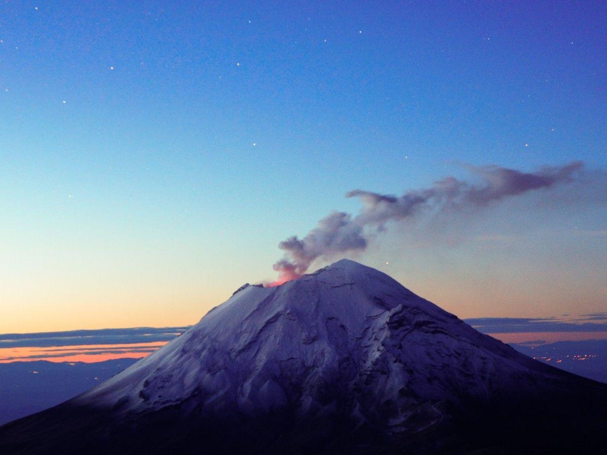 В Японії почав вивергатися вулкан / Zeb Blais, snowbrains.com