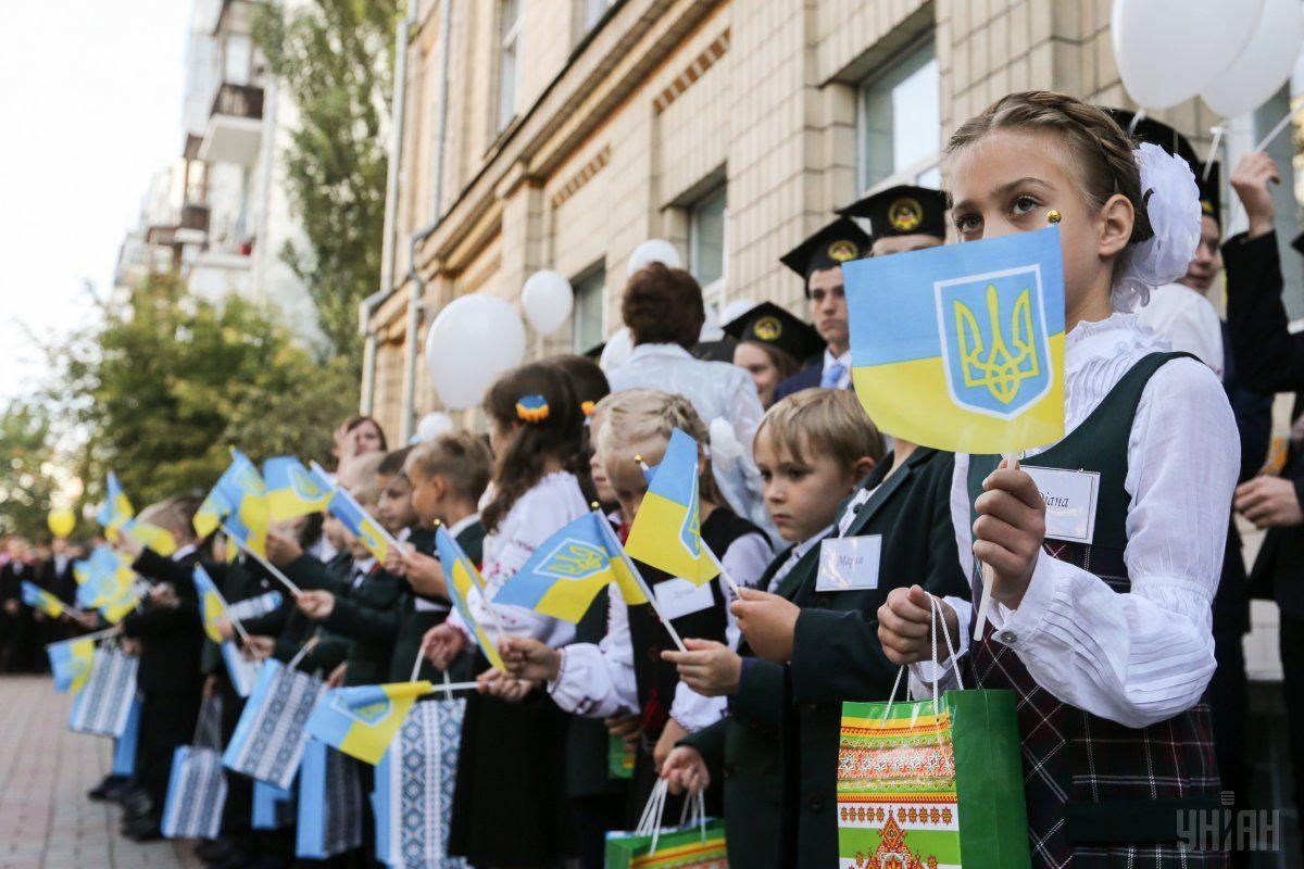 Школьники в Киеве каждый день будут начинать с пения гимна / фото УНИАН