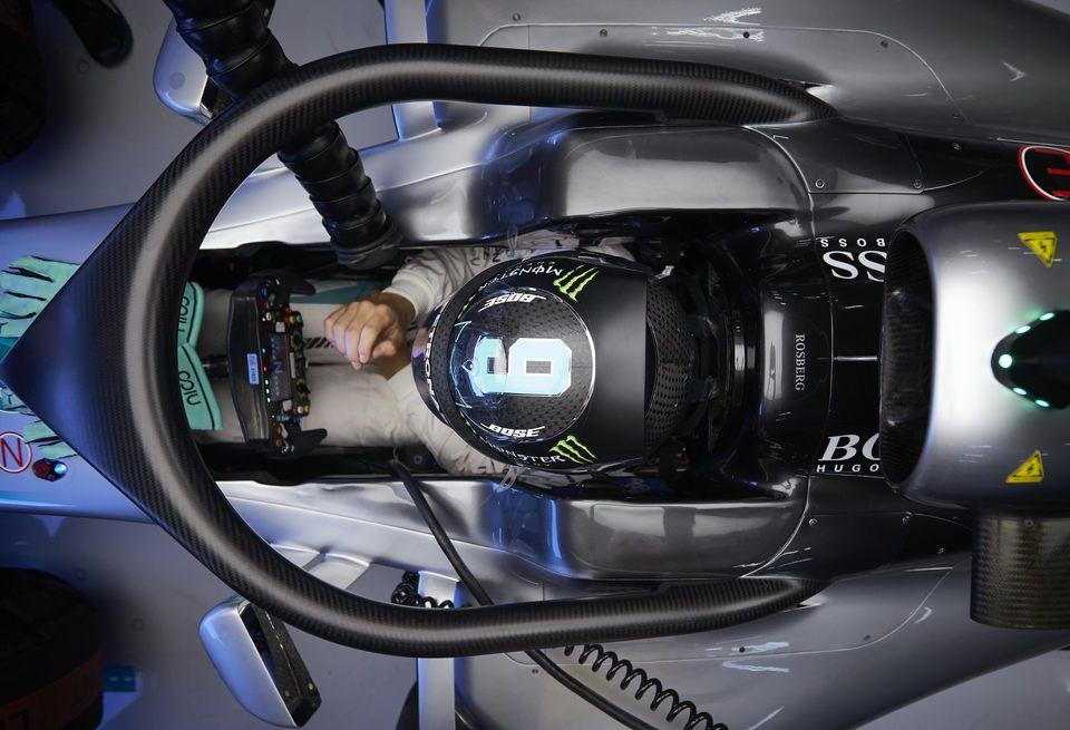 Три пилота опробуют новую систему защиты головы в ближайшее время / LAT Photographic