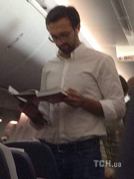 Лещенка сфотографували на борту літака до Тбілісі / ТСН