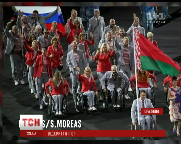 На открытии Паралимпийских игр команда Беларуси вынесла на стадион российский триколор /