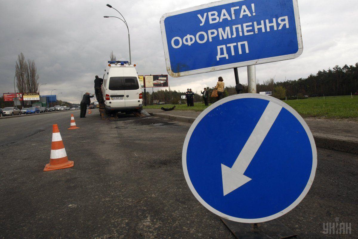 Водій зі Словаччини, його дружина і троє дітей отримали травми / Фото УНІАН