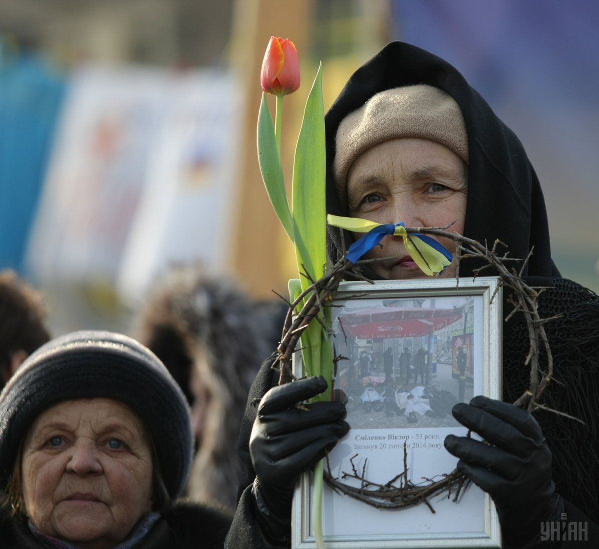A woman holding a portrait of the killed Maidan protester and a crown of thorns, Kyiv, Wednesday, February 26, 2014 / Photo from UNIAN