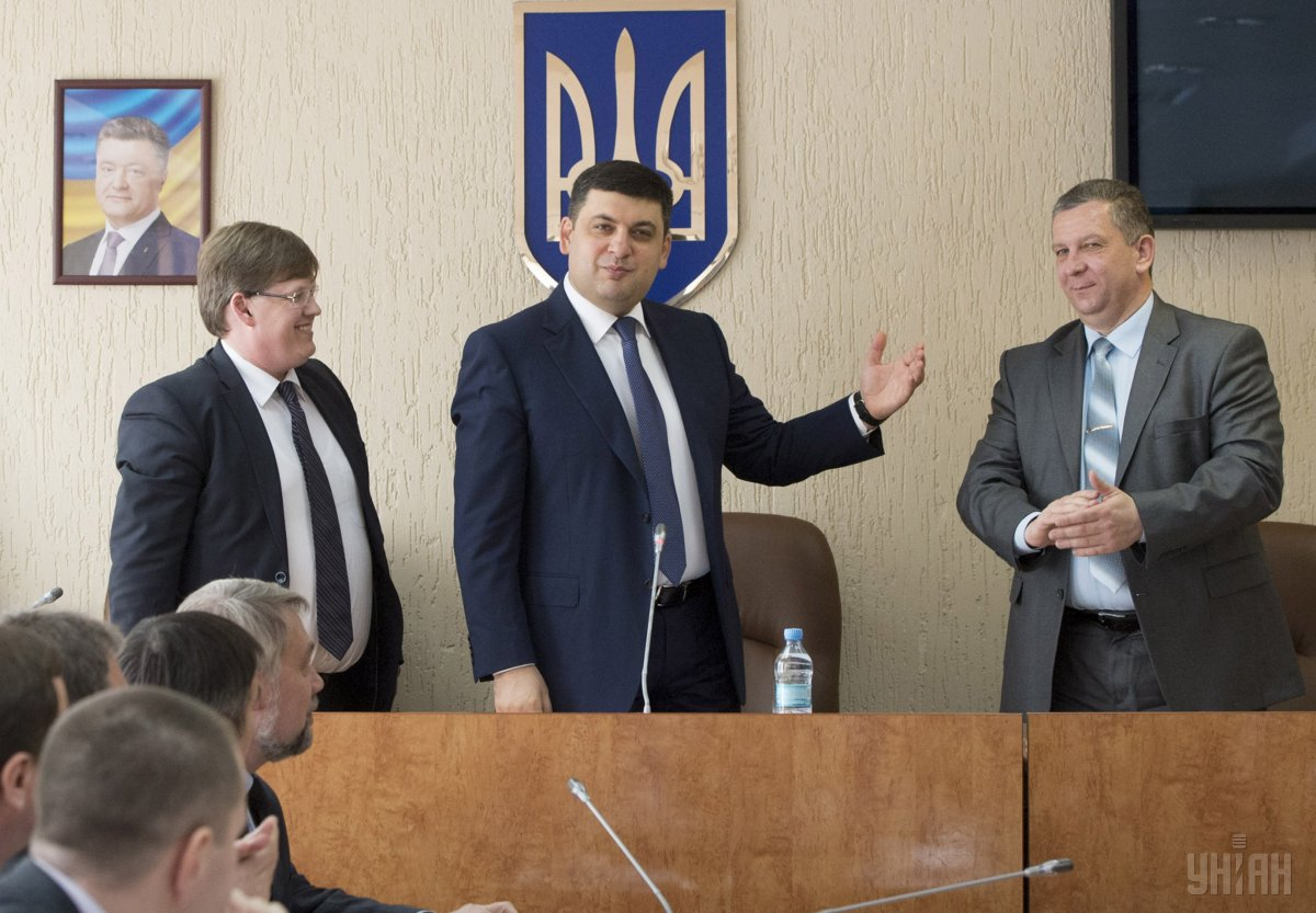 Groysman and Rozenko present Reva to the ministry's personnel / Photo from UNIAN