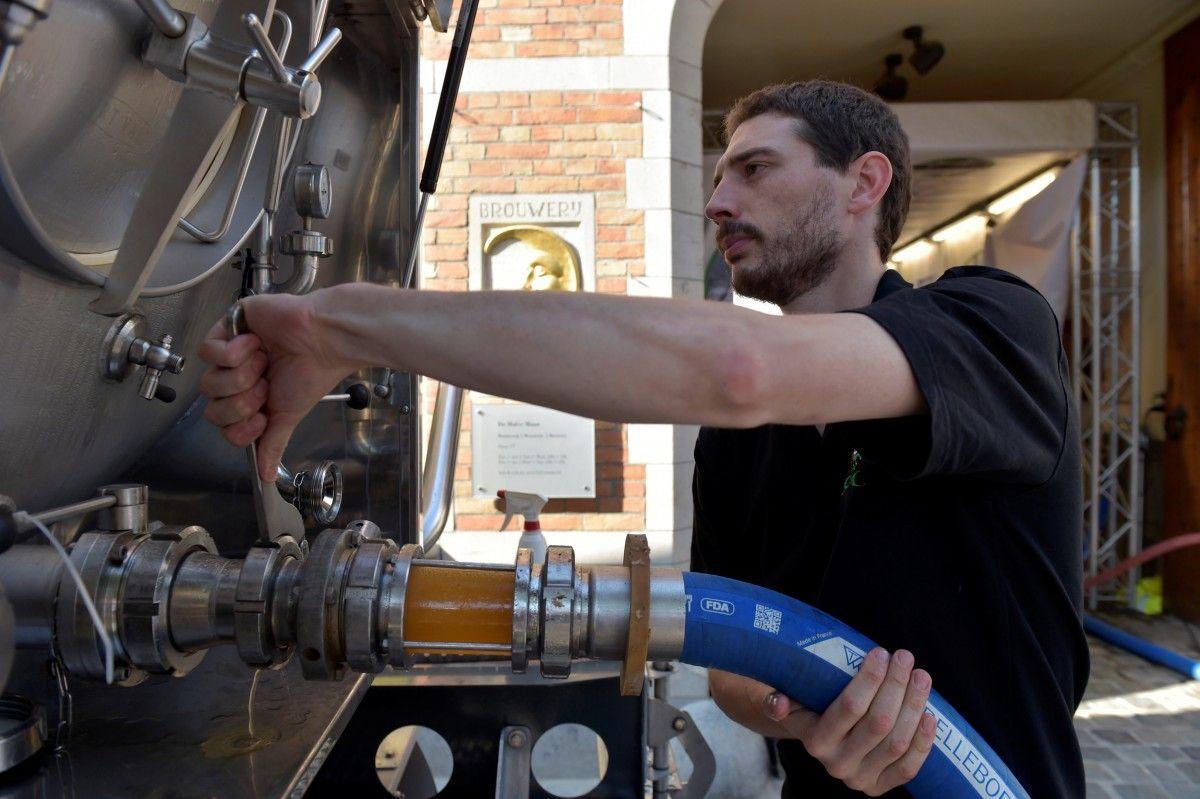 Німецьких металістів просто не могли залишити без пива / Ілюстрація REUTERS