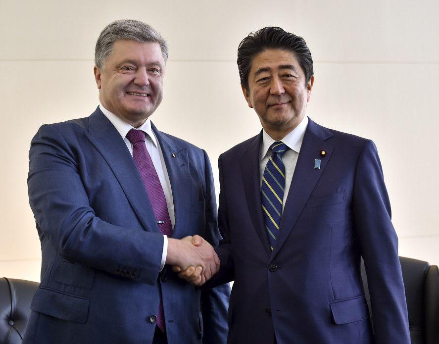 Абэ в разговоре с Порошенко отметил на сохранении санкций против России / Фото president.gov.ua