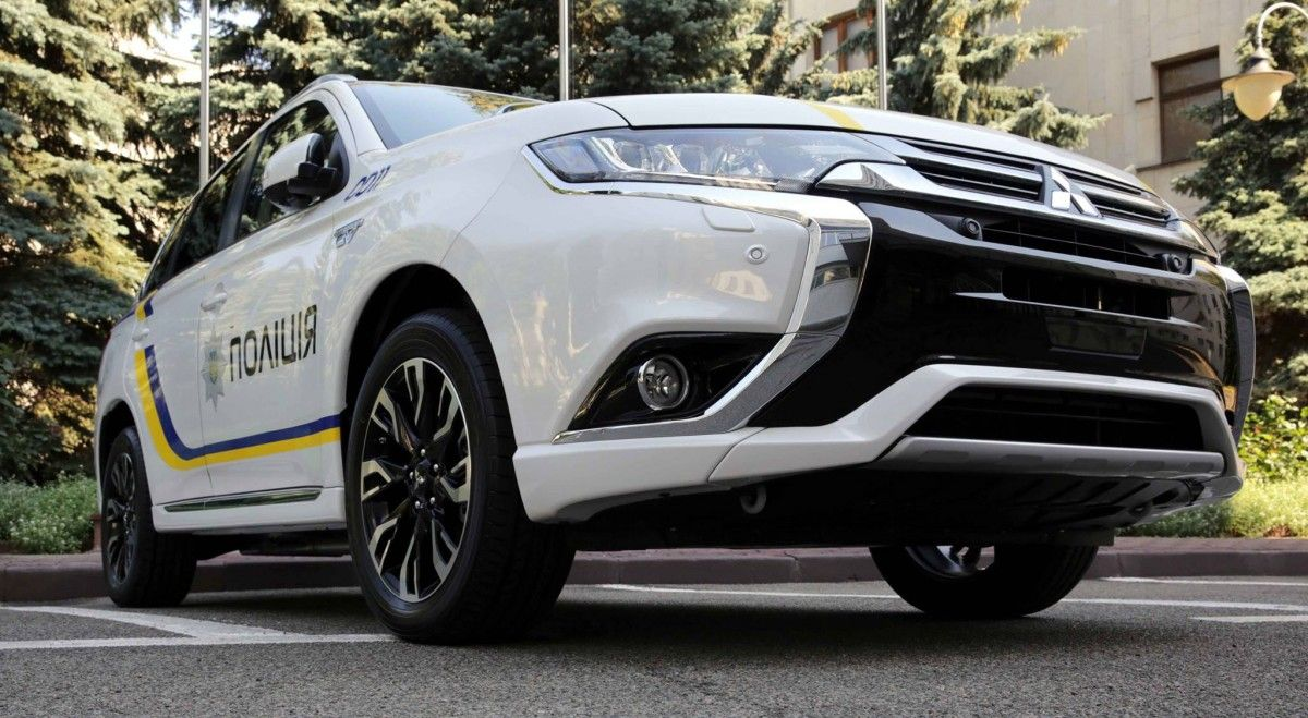 Mitsubishi Outlander PHEV Нацполіції / facebook.com/arsen.avakov.1