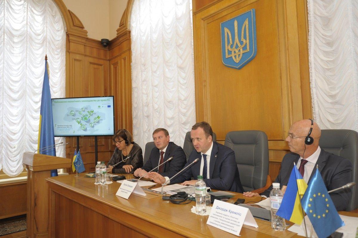 Остап Семерак під час круглого столу / Фото menr.gov.ua